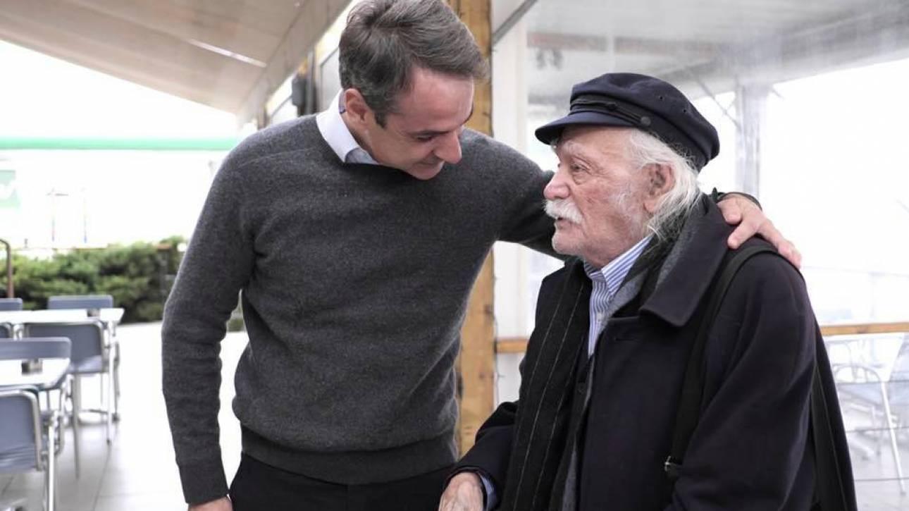 Ο Κυριάκος Μητσοτάκης συνάντησε τον Μανώλη Γλέζο στο δρόμο για την Πιερία (pics)