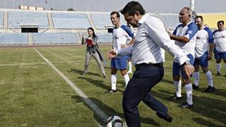 Για το ποδόσφαιρο και τις κοινωνικές ταυτότητες μιλά ο Τσίπρας σε βιβλίο