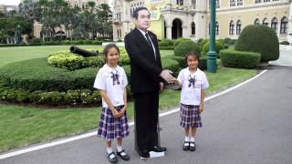 Ο Ταϊλανδός πρωθυπουργός παρέπεμψε τους δημοσιογράφους στο... χάρτινο ομοίωμά του