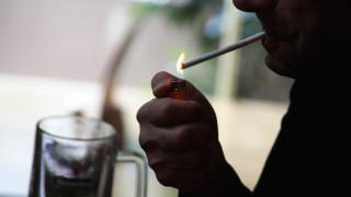 Οι Έλληνες σβήνουν το τσιγάρο: Μείωση ρεκόρ των καπνιστών την τελευταία πενταετία