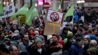 Δεκάδες χιλιάδες διαδηλωτές στη Βιέννη κατά της κυβέρνησης δεξιάς-ακροδεξιάς (pics)