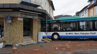 Δεκάδες τραυματίες από ατύχημα σχολικού λεωφορείου στη Γερμανία (pics)