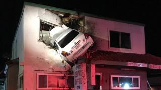 Αυτοκίνητο… απογειώθηκε και «πάρκαρε» στον δεύτερο όροφο κτιρίου (pics&vid)