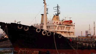 Αποκολλήθηκε το δεξαμενόπλοιο που προσάραξε στο λιμάνι των Ψαρών