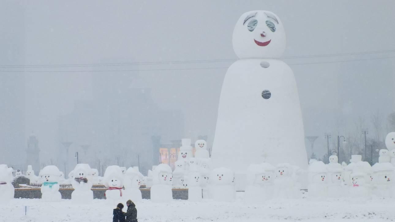 Μια διαφορετική έκθεση γλυπτικής: 2.018 χιονάνθρωποι σε θεματικό πάρκο της Κίνας