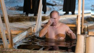 Ο Πούτιν γιορτάζει τα Θεοφάνεια με μία τολμηρή βουτιά στα παγωμένα νερά