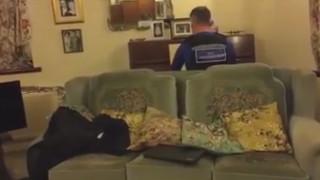 Ένας αστυνομικός παίζει πιάνο σε 93χρονο - θύμα ληστείας και γίνεται viral