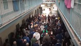 Κρατούμενοι του Κορυδαλλού «αποχαιρετούν» τον Βασίλη Στεφανάκο