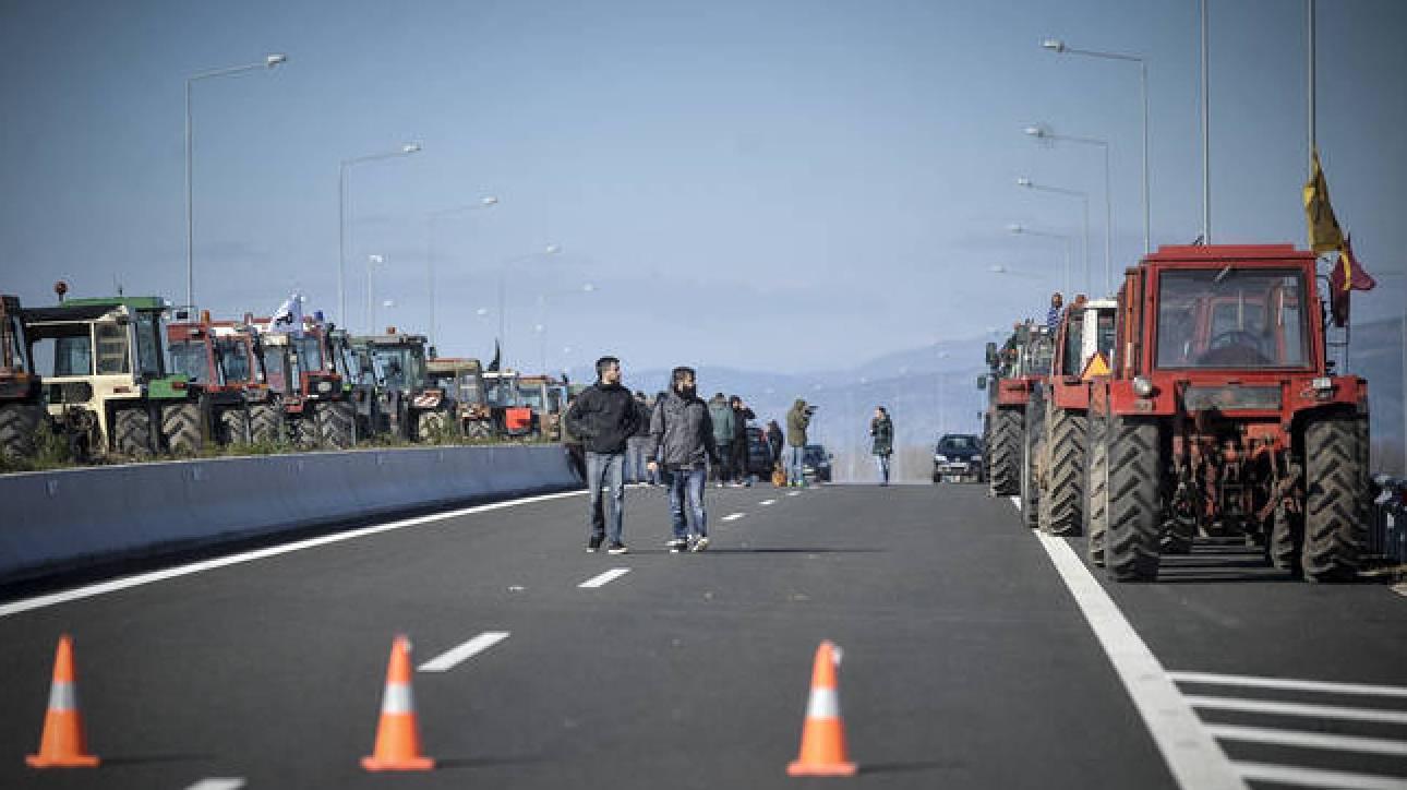 «Ζεσταίνουν» τα τρακτέρ οι αγρότες: Πού στήνονται τα μπλόκα