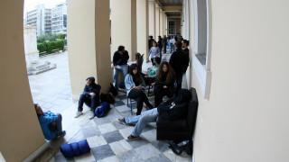 Πανευρωπαϊκή πρωτιά για τους νέους της Ελλάδας που μένουν με τους γονείς τους