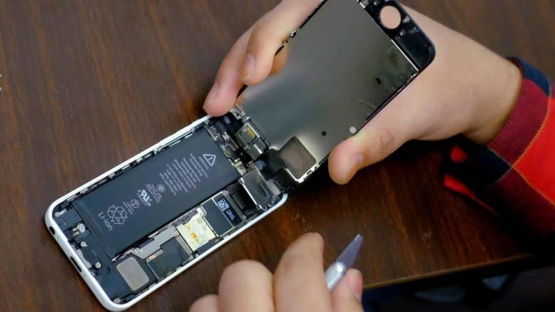 Δάγκωσε μπαταρία iPhone και εκείνη εξερράγη