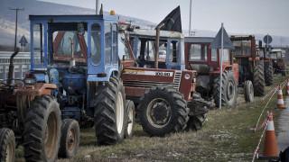 Αγρότες της Αιτωλοακαρνανίας και της Ηλείας έχουν παρατάξει τρακτέρ στις εθνικές οδούς