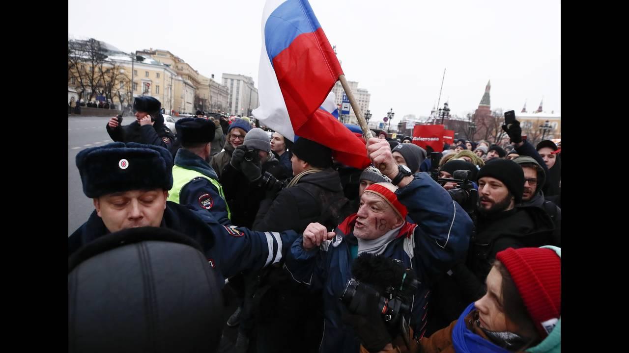 https://cdn.cnngreece.gr/media/news/2018/01/28/115275/photos/snapshot/2018-01-28T131740Z_709994533_UP1EE1S10XG3H_RTRMADP_3_RUSSIA-ELECTION-NAVALNY.JPG