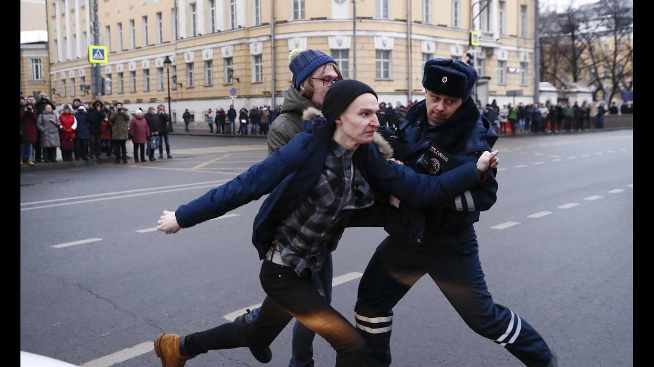 https://cdn.cnngreece.gr/media/news/2018/01/28/115275/photos/snapshot/2018-01-28T131847Z_1765835104_UP1EE1S10ZB3L_RTRMADP_3_RUSSIA-ELECTION-NAVALNY.JPG