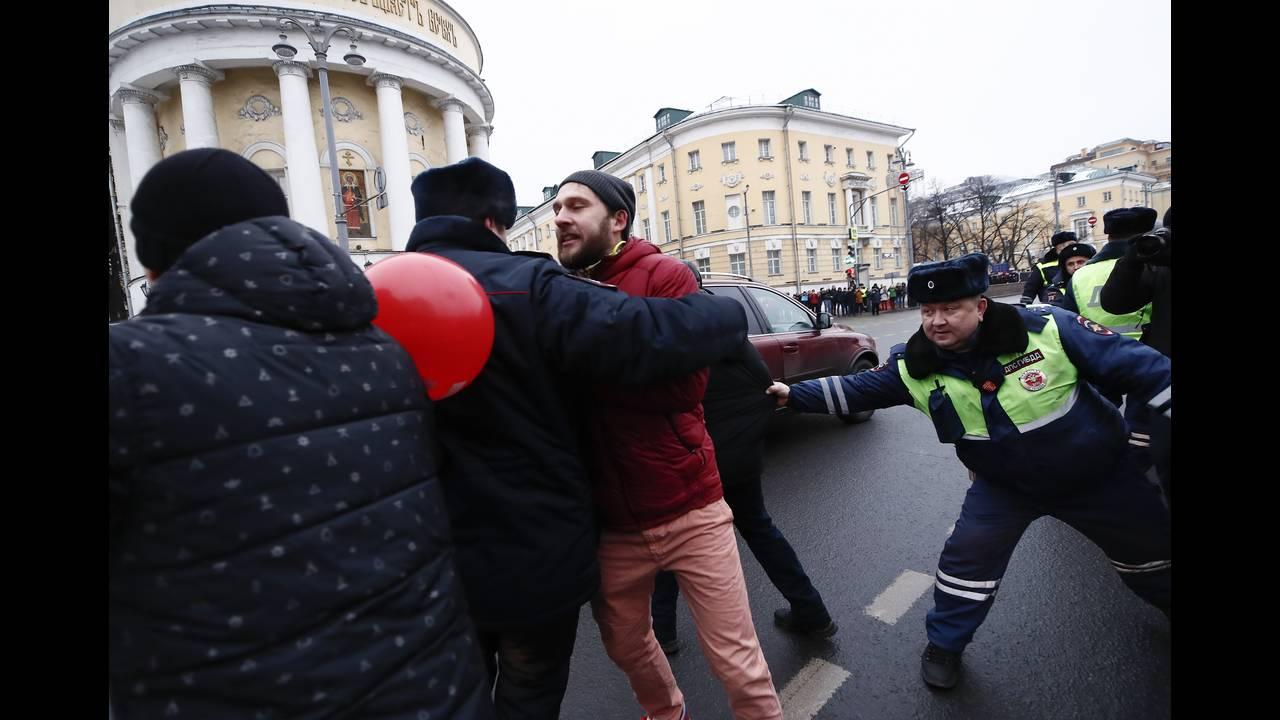 https://cdn.cnngreece.gr/media/news/2018/01/28/115275/photos/snapshot/2018-01-28T132040Z_515588749_UP1EE1S112G3P_RTRMADP_3_RUSSIA-ELECTION-NAVALNY.JPG