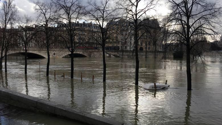 Κίνδυνος να πλημμυρίσει ο Σηκουάνας – Εκατοντάδες άνθρωποι απομακρύνθηκαν από τα σπίτια τους