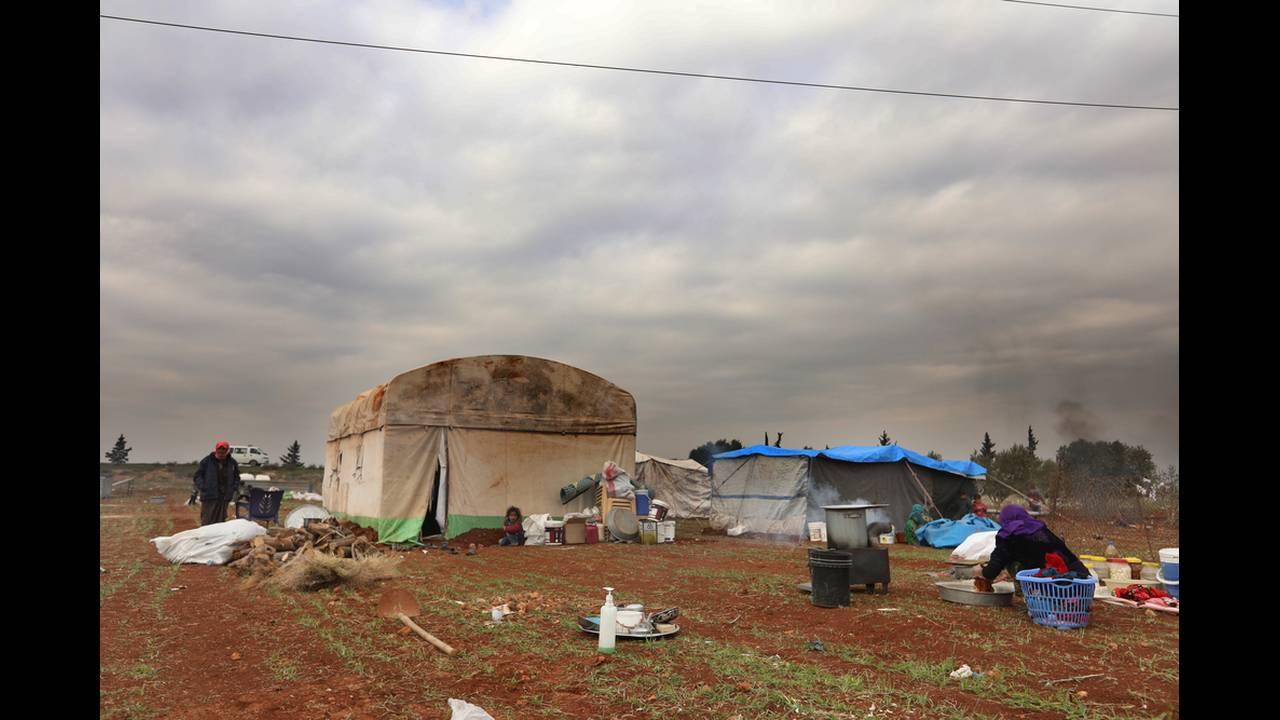 Οι εσωτερικά εκτοπισμένοι του πρώτου κύματος εγκατέλειψαν τα σπίτια τους εξαιτίας των σφοδρών αεροπορικών επιδρομών στη βορειοδυτική Συρία και έφτιαξαν αυτοσχέδια καταλύματα στο πλάι του κεντρικού αυτοκινητόδρομου στην επαρχία Idlib. Οι συγκρούσεις έχουν
