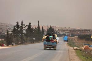 Περίπου 65.000 Σύροι έχουν εγκαταλείψει τα σπίτια τους και έχουν διαφύγει προς τα σύνορα με την Τουρκία. Η περιοχή είναι ήδη γεμάτη πρόσφυγες και δεν υπάρχει αρκετός χώρος για να στεγαστεί αυτό το νέο κύμα εσωτερικά εκτοπισμένων.