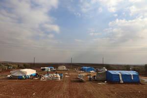 Αυτός ο αυτοσχέδιος καταυλισμός στεγάζει εκτοπισμένους Σύρους που έχουν εγκαταλείψει τα σπίτια τους εξαιτίας της κλιμάκωσης των συγκρούσεων. Χωρίς βασική αποχέτευση, επαρκή τρόφιμα ή νερό, η κατάστασή τους γίνεται όλο και πιο επισφαλής κάθε μέρα που περνά