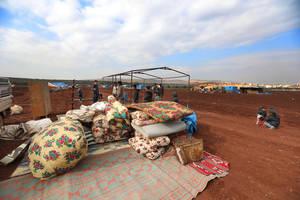 Χρησιμοποιώντας κουβέρτες και νάιλον, εκτοπισμένοι Σύροι φτιάχνουν αυτοσχέδιες σκηνές για να στεγάσουν τις οικογένειές τους κοντά στα σύνορα με την Τουρκία. Περισσότεροι από 212.000 άνθρωποι έχουν εκτοπιστεί στο εσωτερικό της χώρας, ένα από τα μεγαλύτερα