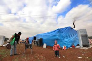 Εκατοντάδες χιλιάδες εκτοπισμένοι Σύροι έχουν εγκαταλείψει τα σπίτια τους εξαιτίας των συγκρούσεων στη βορειοδυτική Συρία και έχουν φτιάξει αυτοσχέδια καταλύματα. Πολλές οικογένειες αναγκάζονται να μοιραστούν το ίδιο κατάλυμα, με αποτέλεσμα να μην υπάρχει
