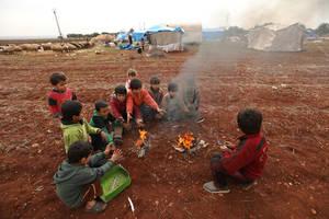 Περισσότεροι από 212.000 Σύροι έχουν εγκαταλείψει τα σπίτια τους εξαιτίας της κλιμάκωσης των αεροπορικών επιδρομών στη βορειοδυτική Συρία. Οι περισσότεροι έχουν ελάχιστα πράγματα ή και τίποτα για να ζήσουν στην καρδιά του χειμώνα. Εδώ, μερικά παιδιά μαζεύ