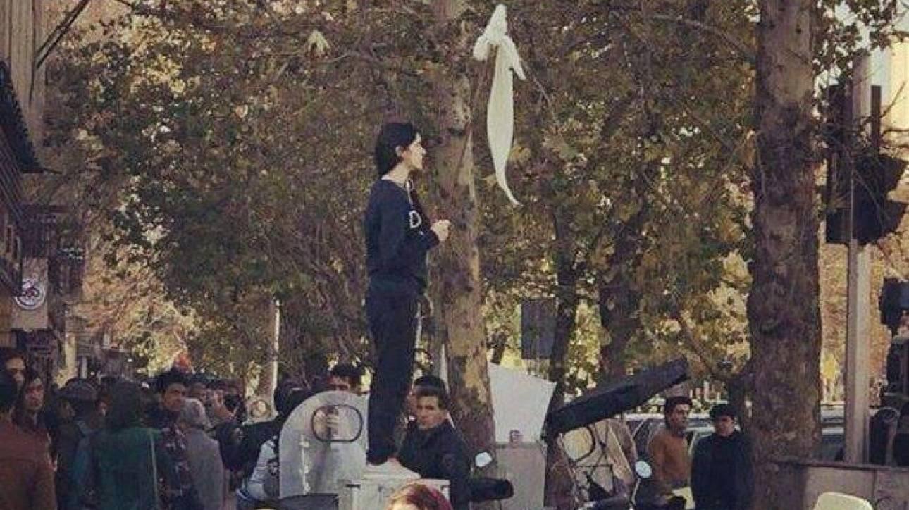 Η «επαναστάτρια του Ιράν» που έβγαλε τη μαντίλα σε διαμαρτυρία αφέθηκε ελεύθερη
