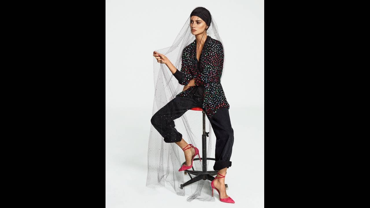 https://cdn.cnngreece.gr/media/news/2018/01/29/115393/photos/snapshot/Penelope-Cruz-Fashion-Shoot07.jpg