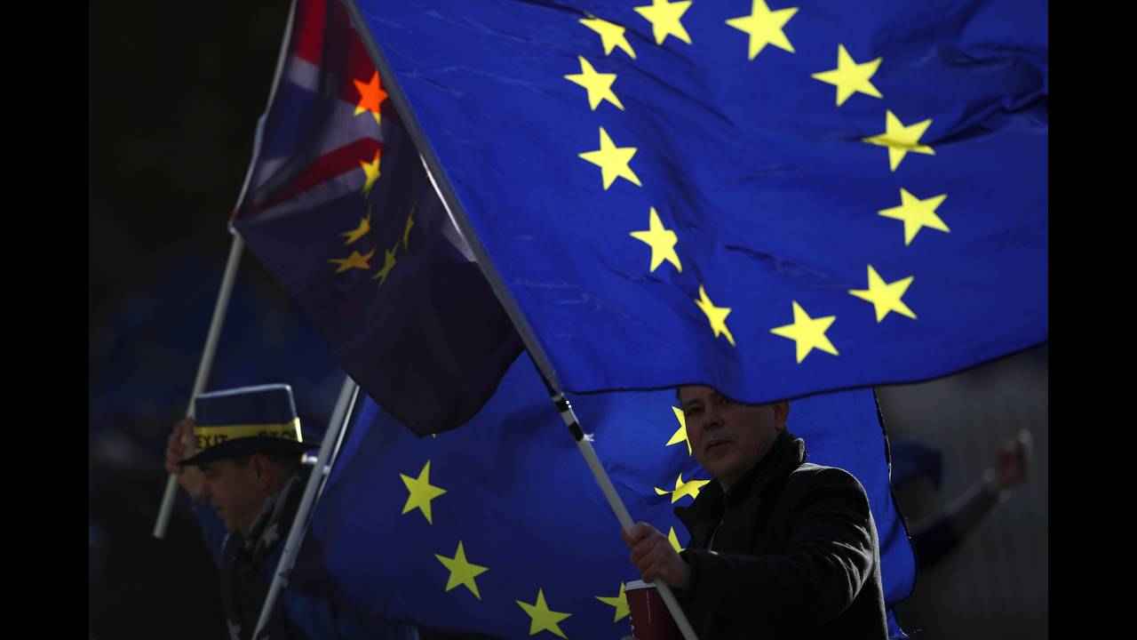 https://cdn.cnngreece.gr/media/news/2018/01/30/115529/photos/snapshot/2018-01-16T151420Z_920940767_RC1CD3CEE9B0_RTRMADP_3_BRITAIN-EU.JPG