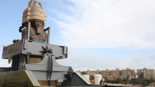 Κολοσσιαίο άγαλμα του Ραμσή «πέρασε» μέσα από την πόλη του Καΐρου
