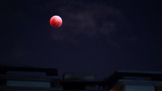 Εντυπωσιακές φωτογραφίες από το  «σούπερ μπλε ματωμένο φεγγάρι»