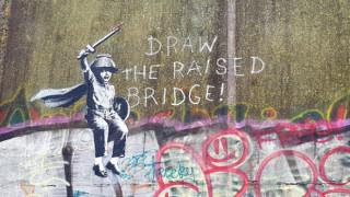 Βανδαλίζοντας τον Banksy: με νέο έργο του διχάζει τη Βρετανία