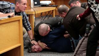 Δίκη Λάρι Νασάρ: Πατέρας όρμησε στον γιατρό που κακοποίησε τις τρεις κόρες του
