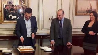 Ο Αλέξης Τσίπρας έκοψε την πρωτοχρονιάτικη πίτα στο Μαξίμου