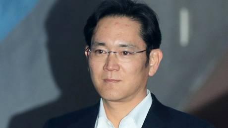Λι Τζάε Γιονγκ: Ο κληρονόμος της Samsung βγήκε από τη φυλακή