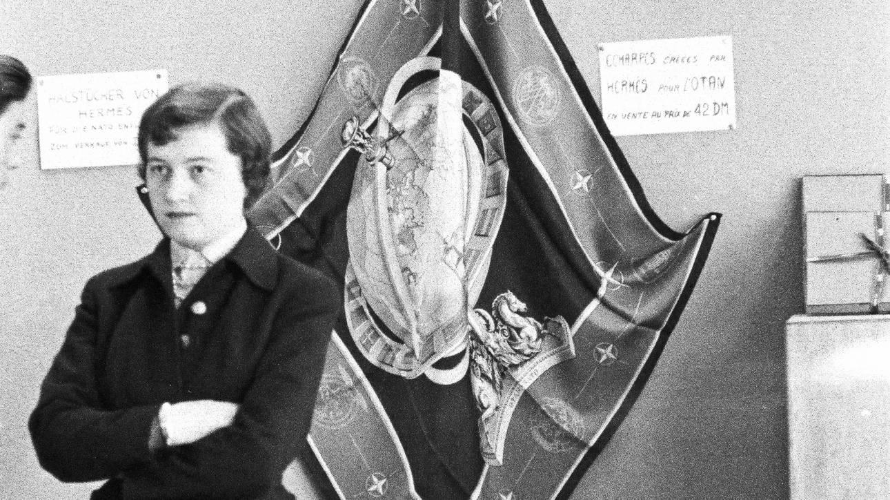 ΝΑΤΟ: Πώς ένα μεταξωτό φουλάρι Hermes έγινε σύμβολο της Βορειοατλαντικής Συμμαχίας