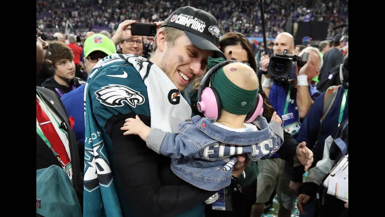 https://cdn.cnngreece.gr/media/news/2018/02/05/116413/photos/snapshot/2018-02-05T034318Z_1368593272_NOCID_RTRMADP_3_NFL-SUPER-BOWL-LII-PHILADELPHIA-EAGLES-VS-NEW-ENGLAND-PATRIOTS.JPG