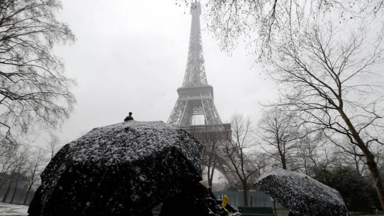Χιόνια και παγωνιά στο Παρίσι - Έκλεισε ο πύργος του Άιφελ