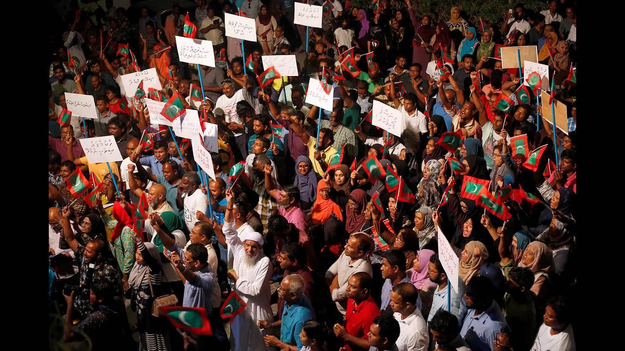 https://cdn.cnngreece.gr/media/news/2018/02/06/116576/photos/snapshot/2018-02-05T043941Z_1746830351_RC1A84F36990_RTRMADP_3_MALDIVES-POLITICS.JPG