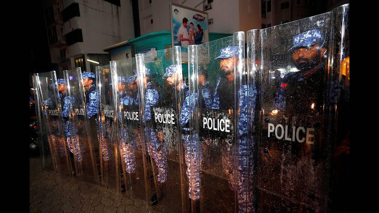 https://cdn.cnngreece.gr/media/news/2018/02/06/116576/photos/snapshot/2018-02-05T193108Z_522089155_RC18B88F67D0_RTRMADP_3_MALDIVES-POLITICS.JPG