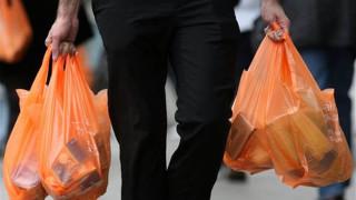 Η χρήση της πλαστικής σακούλας στα σουπερμάρκετ μειώθηκε κατά 80%