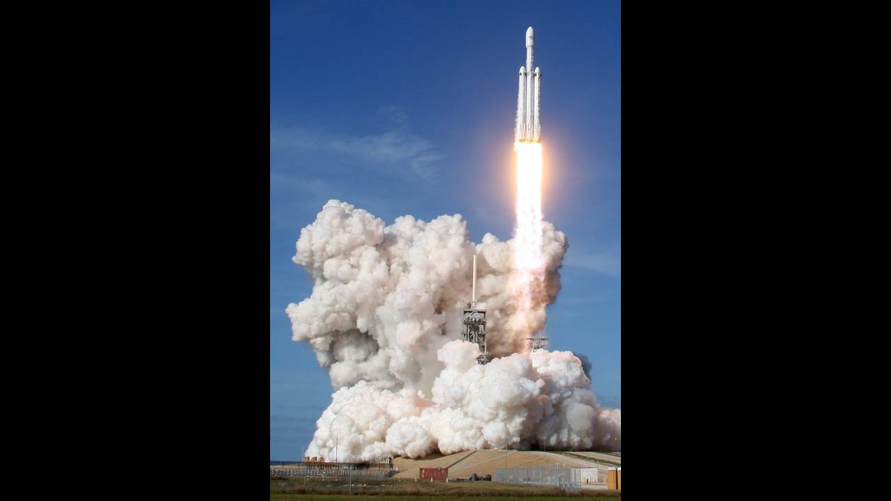 https://cdn.cnngreece.gr/media/news/2018/02/07/116627/photos/snapshot/2018-02-06T234647Z_1484194597_HP1EE261U1ZNK_RTRMADP_3_SPACE-SPACEX-HEAVY.JPG