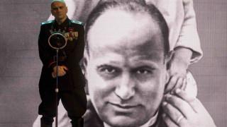 O Mουσολίνι νεκραναστήθηκε & εξοργίζει την Ιταλία που λησμονεί το φασισμό