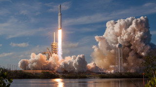 Falcon Heavy: Επιτυχής η εκτόξευση του «μέγα» πυραύλου – Η SpaceX γράφει ιστορία