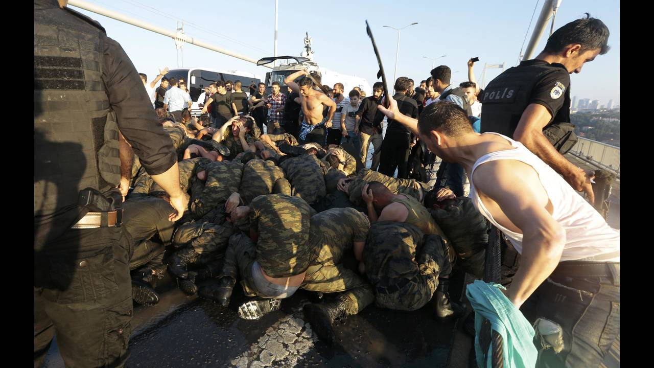 https://cdn.cnngreece.gr/media/news/2018/02/07/116707/photos/snapshot/2016-07-16T133745Z_1195614253_LR1EC7G11UMTU_RTRMADP_3_TURKEY-SECURITY.JPG