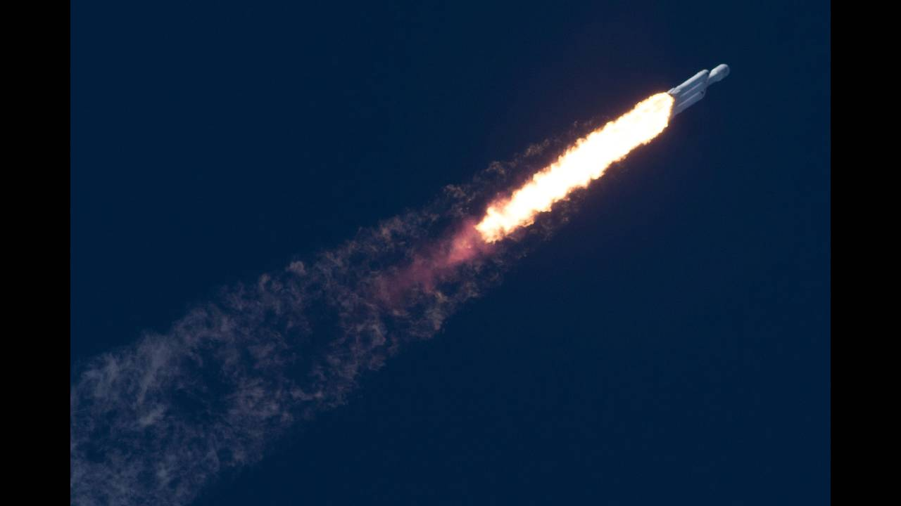 https://cdn.cnngreece.gr/media/news/2018/02/08/116781/photos/snapshot/2018-02-07T034009Z_1887713234_RC188DC39F50_RTRMADP_3_SPACE-SPACEX-HEAVY.JPG