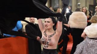 Femen: Μέλος της εμφανίστηκε στο κόκκινο χαλί της Όπερας της Βιέννης