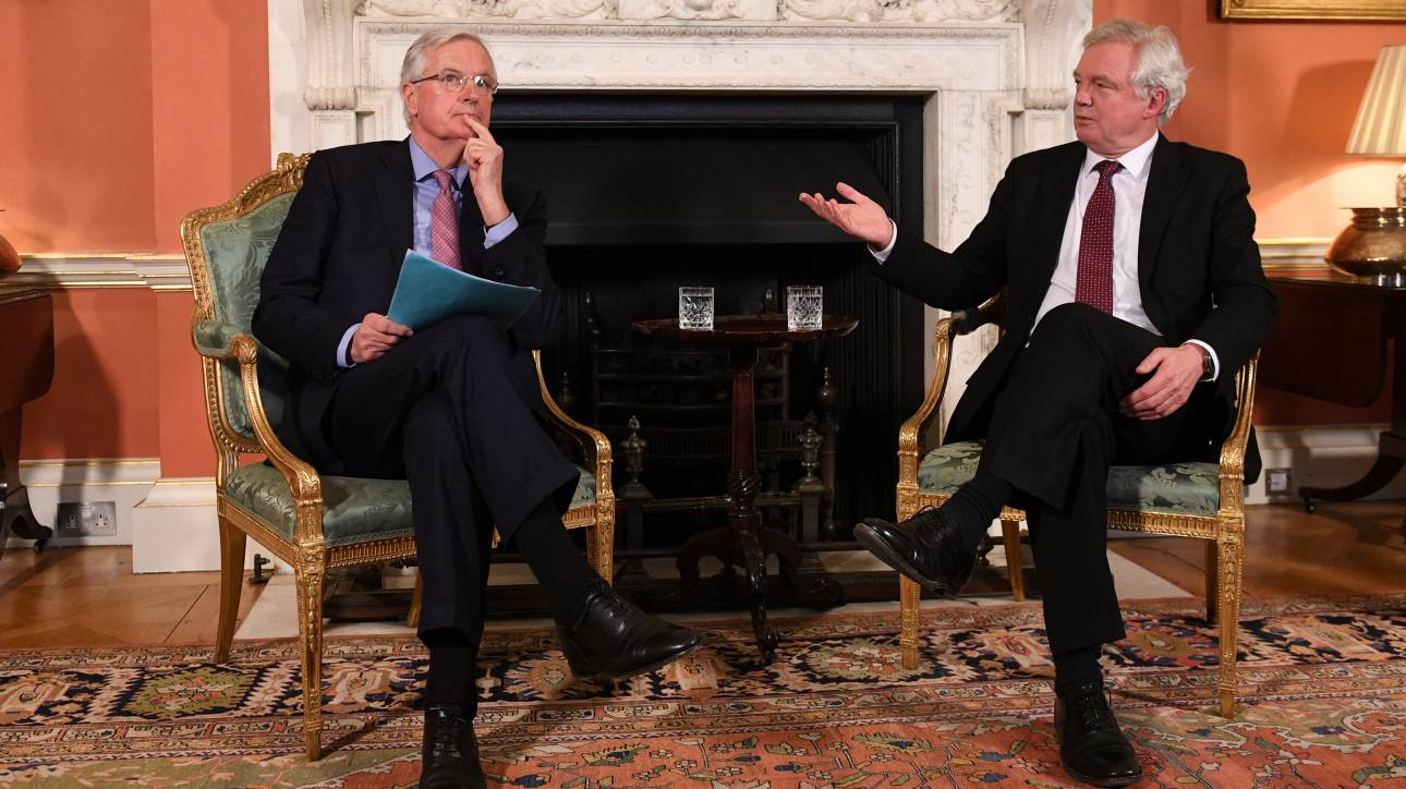Έκπληκτος δηλώνει o Ντέιβις με τις δηλώσεις του Μπαρνιέ για το Brexit