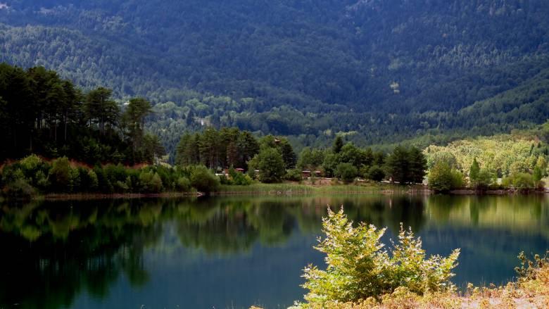 Λίμνη Δόξα στον Φενεό: Βόλτα στην «κορινθιακή Ελβετία»