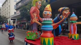 Χιλιάδες μικροί καρναβαλιστές «πλημμύρισαν» τους κεντρικούς δρόμους της Πάτρας